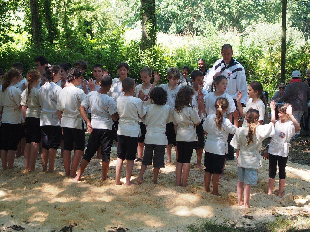 Dzieci skladaja przysiege przed zawodami w bretonskich zapasach