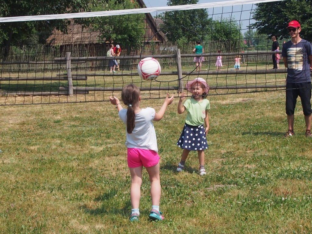 dzieci graja w pierscieniowke