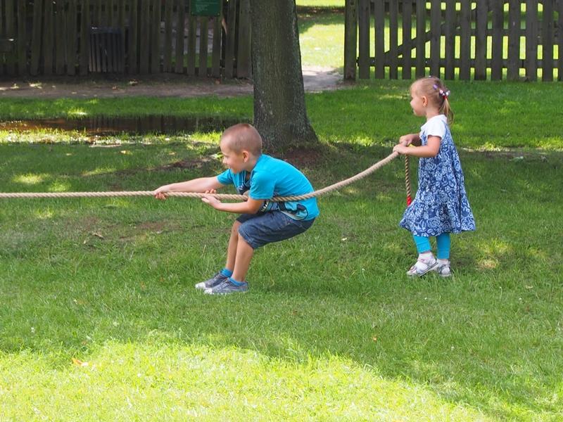 przeciąganie liny - dzieci