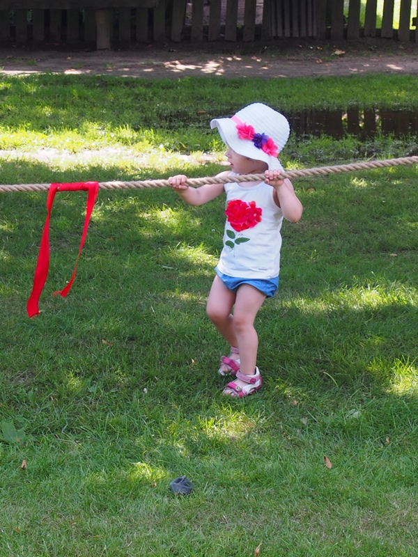 przeciąganie liny dzieci