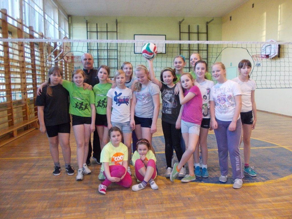 Jan Prabucki z uczennicami po meczu Pierścieniówki w Szkole Podstawowej w Czempiniu