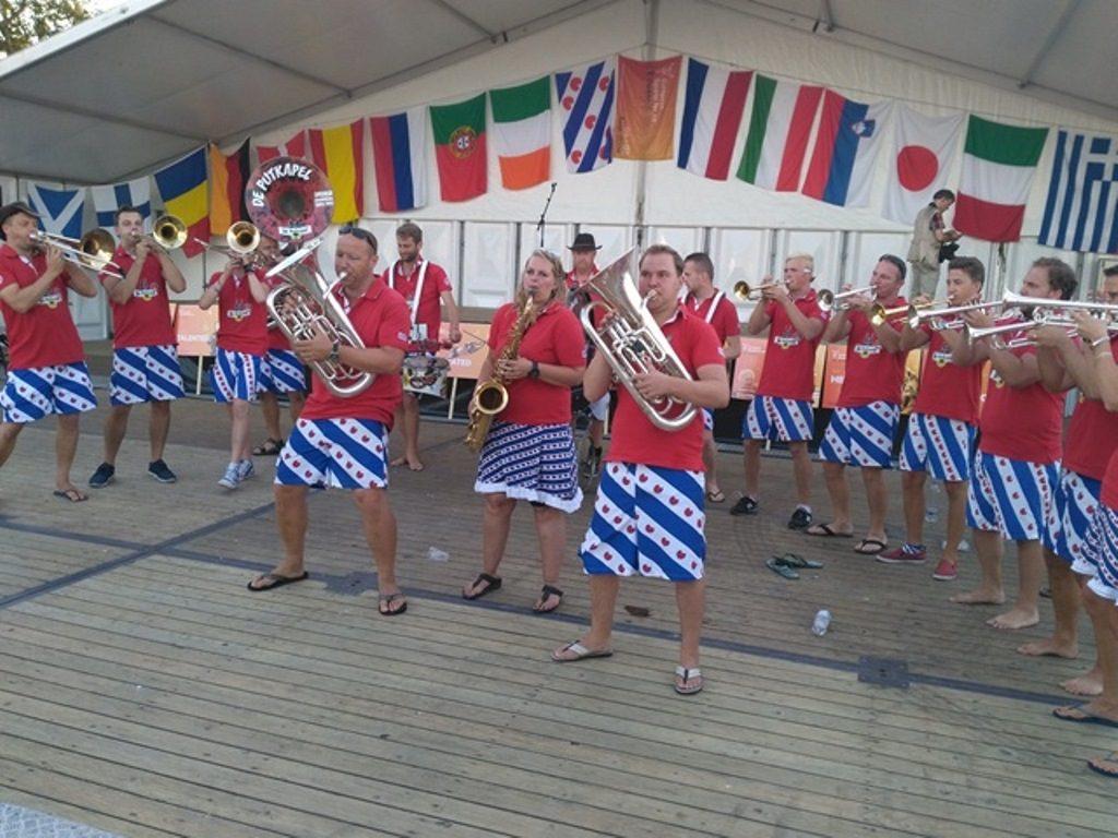orkiestra w spodenkach w barwy fryzyjskie - sporty tradycyjne
