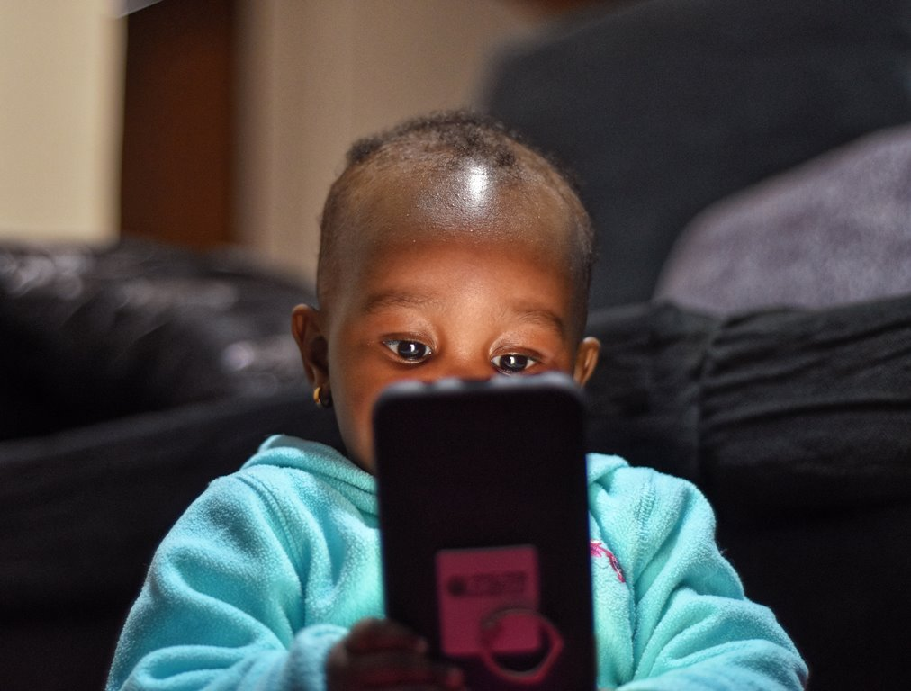 dziecko ze smartphonem