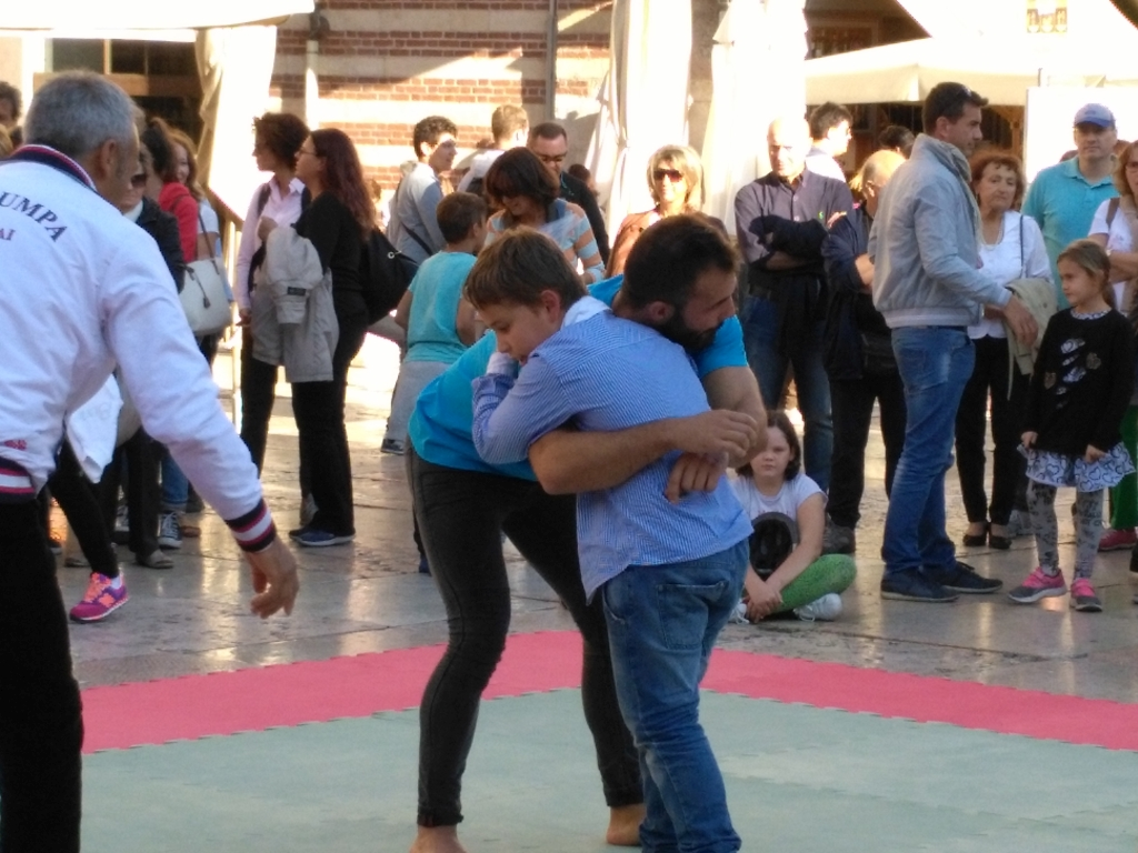 traditional wrestling with children - Tocati